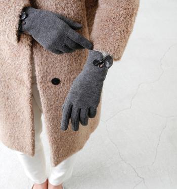 リボンデザインがアクセントのグローブ。さり気なく女性らしいエレガントな手元を演出してくれますよ。