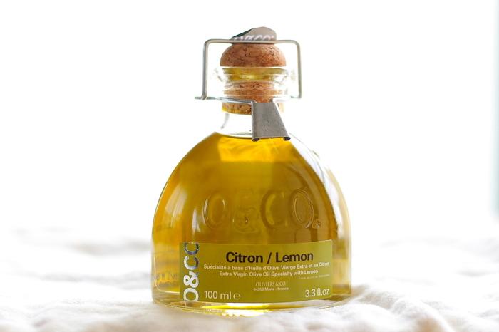 味、香りはもちろん、ボトルのデザインもオシャレですね。 画像はレモンオイルですが、トリュフオイルのボトルも同じデザインになります。