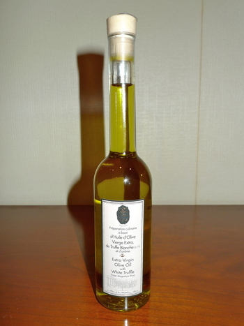 こちらは白トリュフのオイル。トリュフオイルの他にもトリュフ入りパスタやソルト、チーズクリームなども扱っています。