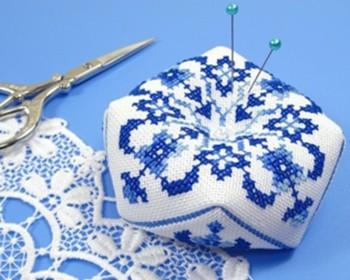 ブルー系の青い刺しゅうが美しい、八角形のピンクッション。 こちらはキットですので、気軽に始められますね。