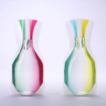 一見すると何気ないビニールパックのよう。でも、水を入れるだけで美しい花瓶に変身!