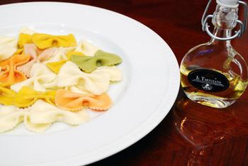 お料理にさっとかけて香りを楽しむのなら、より香りが強い白トリュフオイルがおすすめのようです。 ただし、白トリュフオイルは香りが強いので、好みが分かれる場合もあります。