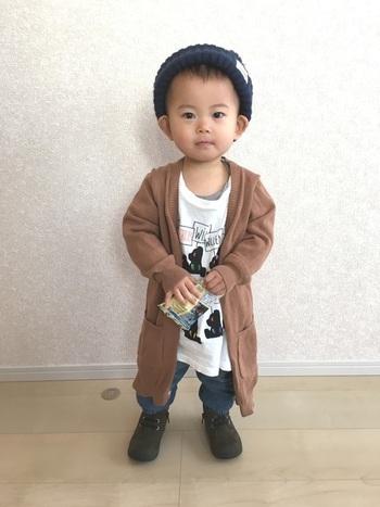 ロングカーデも今年を代表するアイテムのひとつ。小さなお子様が着ると、ちょっぴりおませな印象です。  ■UNIQLO/トップス
