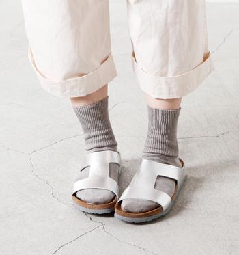 足元が変われば全体の印象はがらっと変わります。夏に大活躍したサンダルに靴下を合わせてコーデしてみてはいかがでしょうか。