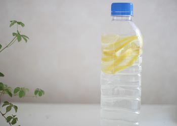 ミネラルウォーターに輪切りのレモンを入れたレモンウォーター。皮つきで入れる場合は、なるべく国産のレモンを使いましょう。