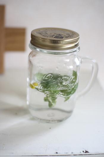 輪切りにしたレモンを水や炭酸水と一緒にボトルに入れる作り方もあります。作り置きや持ち運びができますね。