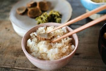 びっくり炊きで炊く方が普通に玄米を炊くよりも柔らかくボリュームが出るみたいです。 味はプチプチとした食感があって、噛めば噛むほど甘みも出てくる米本来の味わいが出てくるそうです。