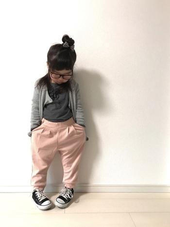 ふんわり優しい雰囲気を醸し出す、まろやかなピンクとグレーの組み合わせ。センスを感じさせつつ、動きやすさもしっかりキープ。  ■UNIQLO/パンツ