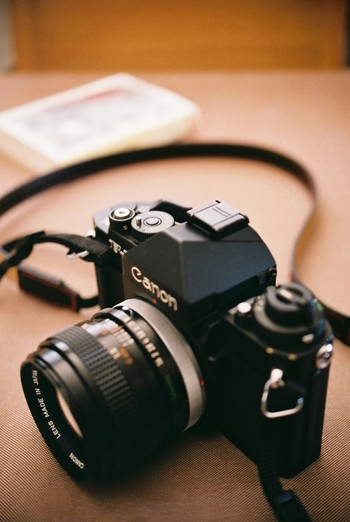 デジタルカメラの性能も飛躍的に進化し、印刷物もデジタ処理されている現在、カメラといえば「デジタルカメラ」。  けれども、そんなデジタルカメラ全盛の時代であっても、「フィルムカメラ」、「フィルム写真」に魅せられている人は数多くいます。