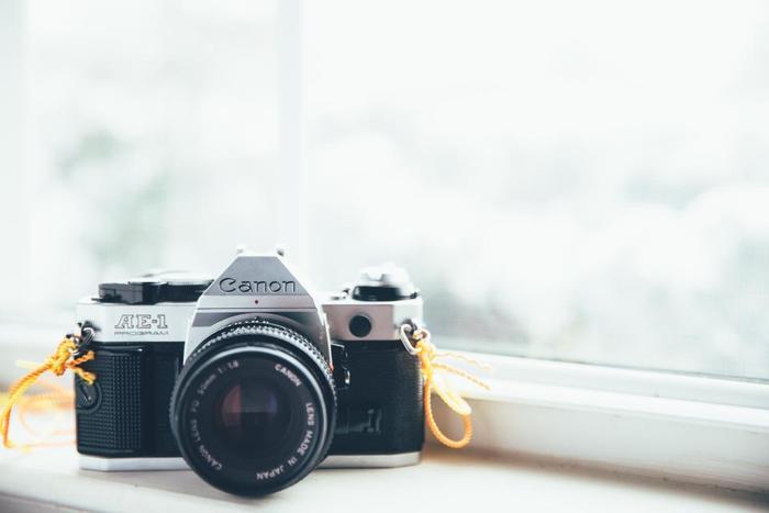 """その理由として、""""撮影対する心構え""""や""""撮影対象への思い入れ""""が、「デジタルカメラ」と「フィルムカメラ」では異なることをあげています。"""