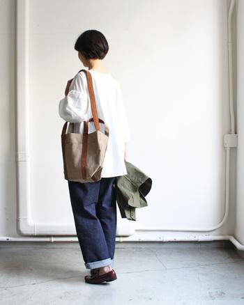キャンバス×スウェード素材のショルダーバッグ。シンプルコーデにもしっくりと馴染みます。