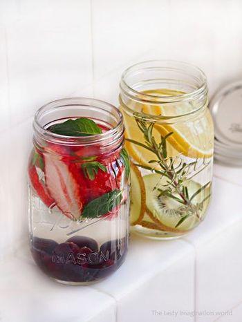 レモンウォーターにキウイとローズマリーをプラス。キウイとローズマリーの豊かな香りが口に広がります。ハーブを入れると見た目もおしゃれになりますね。