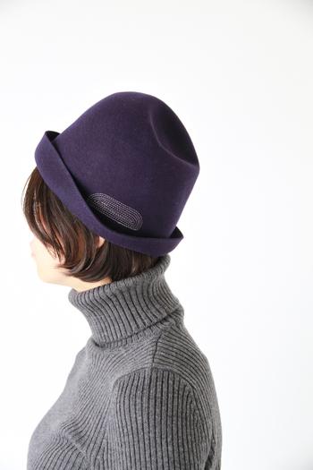 柔らかなウールフェルト素材ですが程よい厚みと張りがあり、手でつばを折り曲げたり頭頂部分をへこませたりできるフリーハット。mature ha.のコンセプト通りの、日常を少し豊かにする「新しい帽子」です。