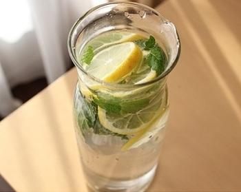 レモンウォーターにミントを入れたら、スッキリとした飲み心地に。夏におすすめの組み合わせです♪