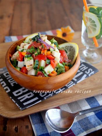 こちらは生野菜に、チーズや蒸し鶏を加えたチョップドサラダ。トマトが入るとカラフルに仕上がりますね。