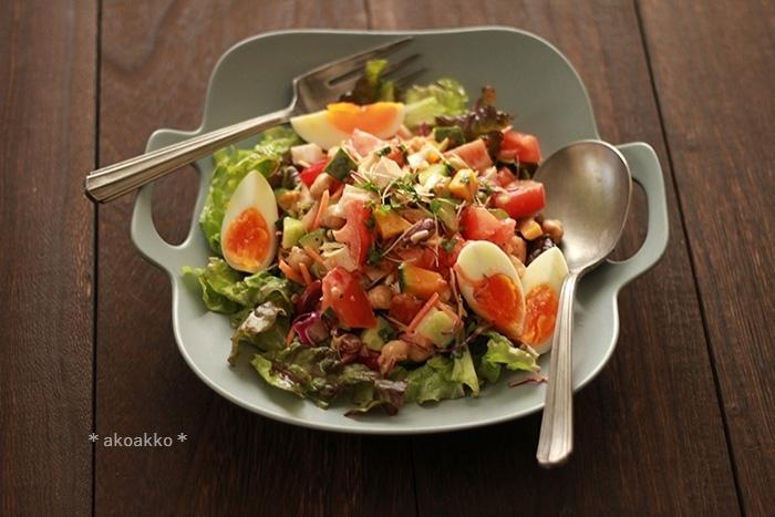 ブロッコリー・じゃがいも・かぼちゃ・にんじん・トマトに、チキンとゆで卵も加えた、欲張りなチョップドサラダ。大皿に盛って、皆で取り分けても。