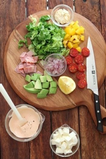 ご紹介したレシピを参考に、みなさんもお好みの組み合わせでチョップドサラダを作ってみてくださいね。