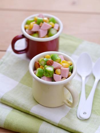 魚肉ソーセージ入りの可愛いチョップドサラダ。これなら野菜嫌いのお子さんも食べてくれそう!お皿の代わりにマグを使うのもアイディアです。