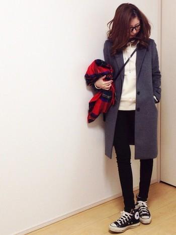 トレンドのチェスターコートには英国風の赤のチェックストールを選んで。メンズライクな雰囲気に女性らしさをプラスしてくれます。