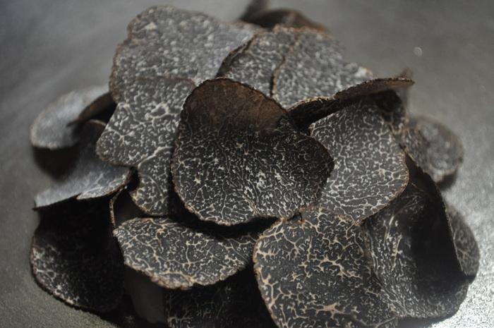 黒トリュフは料理に使う場合加熱して使うこともあり、主にフランス料理で使われることが多いです。自然なトリュフの香りが長く続きます。