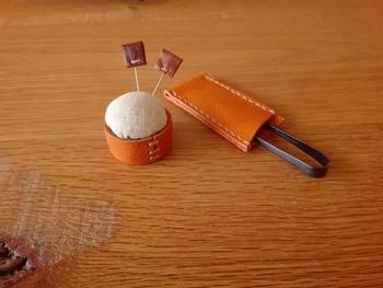 こちらは本革を使って作られたピンクッション。 糸切りばさみケースもおそろいです。
