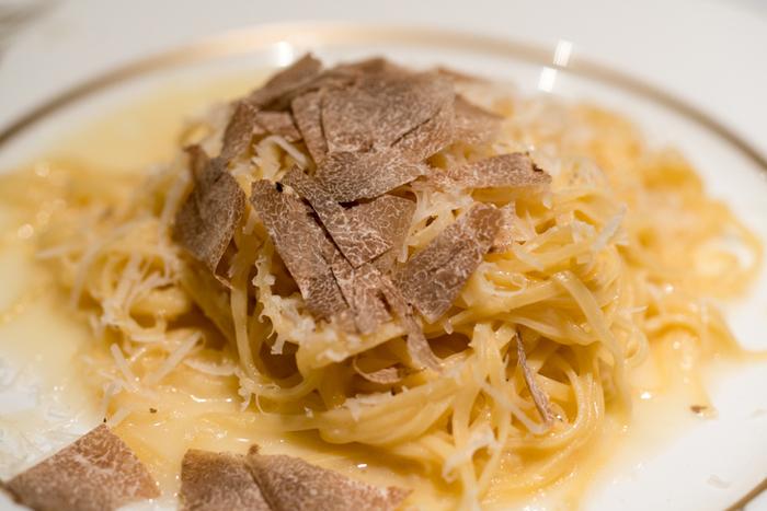 白トリュフは生のまま切り落とし、しっかりとした香り付けとしてイタリア料理で使われることが多いです。黒トリュフよりも、強い香りが特徴です。