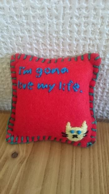 こちらは同じフェルト素材でも、刺繍をしてブランケットステッチでかがったもの。 なんとも言えない表情の猫とセリフがかっこ可愛いですね。