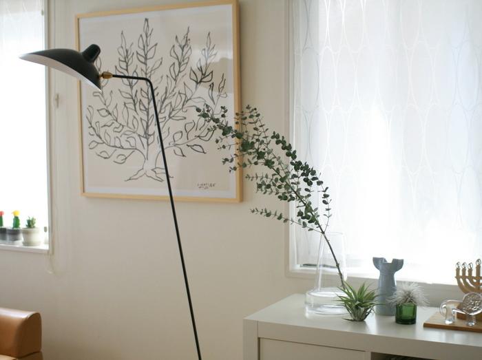 長いユーカリの枝をそのまま生かした素敵な生け方。まるでお部屋の中にユーカリの木があるようです。
