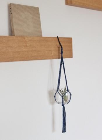 ひっかけるところが見つからないときは、無印の壁に付けられる長押を活用。  空間を自由に操ることができるようになりました。
