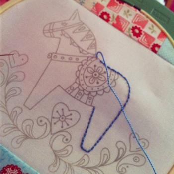 本返し縫いと同じ縫い方です。先ほどのランニングステッチが点線なのに対し、こちらは直線を表現できます。イニシャルなどの文字をデザインしたり、イラストの輪郭線を描くのにピッタリ。