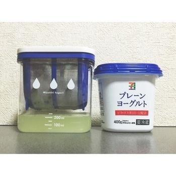 最近はかわいい水切りヨーグルト専用グッズも販売されてます。これなら冷蔵庫の中でも場所を取らず、いつでも水切りヨーグルトをスタンバイしておけますね。