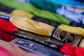 刺繍で使う糸は「25番刺しゅう糸」が一般的。細い糸6本が束になっており、模様によって何本か取り分けて使います。また、ステッチにボリュームを出したい時は、太くて光沢のある「5番刺しゅう糸」が便利です。
