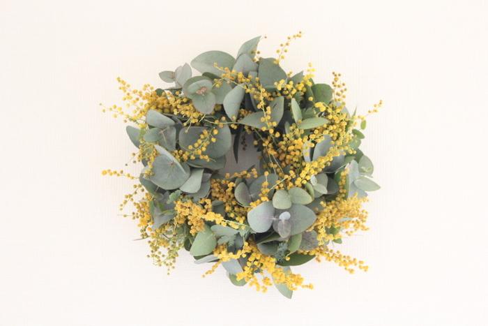 ドライになるまで長く楽しめるユーカリはリースにもおすすめの花材です。組み合わせるお花やグリーンによって、雰囲気をチェンジすることができるので、いろいろな組み合わせにチャレンジしてみたいですね。