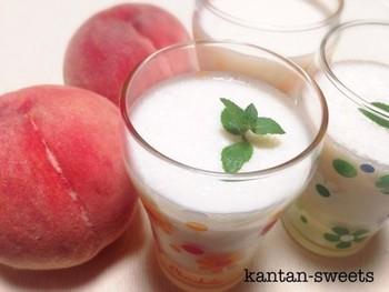 ホエーと牛乳を混ぜてラッシーに。桃などのフルーツとハチミツを入れてミキサーにかけても◎。爽やかな酸味がハチミツと相性バツグンです。