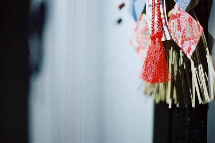 玄関におけば不浄なものが入らないとされている「しめ縄」。神様の占める範囲の境界線を示しています。