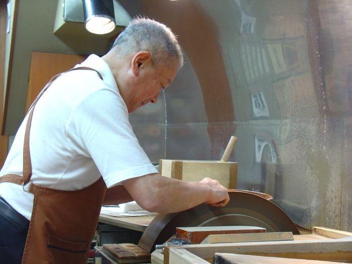 お店の方が包丁を研いでます。 ここで包丁の研ぎ方を徹底的に叩き込まれる京都の料理人の見習いの人たちは多いそうです。