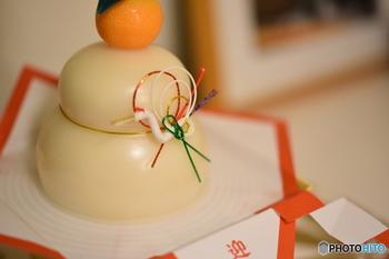 歳神様へのお供えとして神棚や床の間に丸くしたお餅を重ねて置く「鏡餅」。鏡が円形だったことから名付けられました。