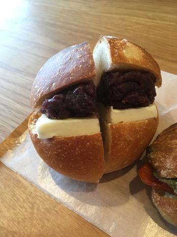 食パンの生地でつくられた丸いパンに自家製のあんこと発酵バターがサンドされている「あんバタサンド」。中のあんことバターがあってなお、丸パンのおいしさが際立つとか。