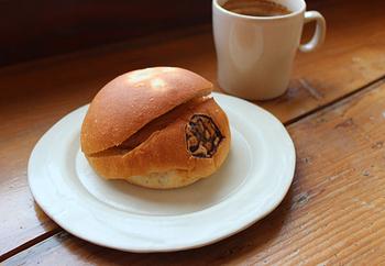 高尾山に伝わる天狗伝説にちなんだ「高尾天狗パン」。八王子のお米屋さん「マゴメ」から届けられる米粉パンにきなこクリームとコーンフレークがサンドされています。天狗の焼き印もついていて、お土産にもぴったりですね。