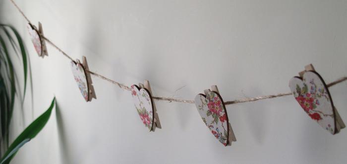 洗濯バサミやコースターを使った、手作りのガーランドもデコパージュすれば華やかな印象に。