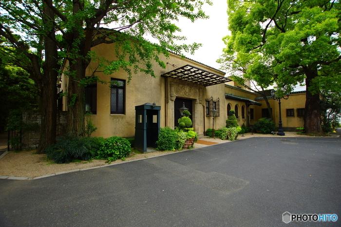 昭和初期(昭和2年)に竣工されたスパニッシュ建築のモダンな洋館です。
