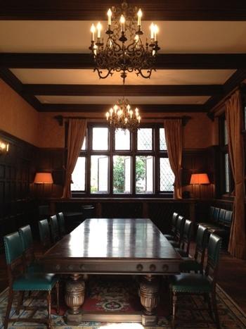 グランドサロンにあるこちらのテーブルは、唯一残された、建築当時の家具です。