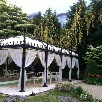 ガーデンのチャペルは、大理石をしきつめた床の上にイタリア製のテント内に祭壇をしつらえた、プライベートチャペル。