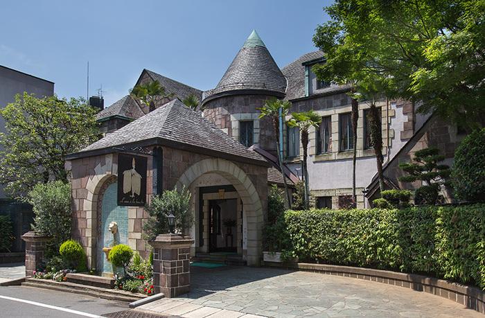 もとは昭和9年に竣工された住居用邸宅です。アールデコ建築のアンティークな洋館は室内のアートにも注目!アールデコの父と呼ばれる巨匠エルテの作品が展示されています。その展示数はメトロポリタン美術館をしのぐ世界一の作品点数なんです。