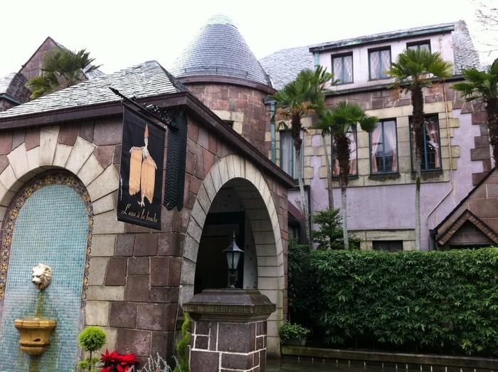 歴史を感じるような石造りの玄関です。円錐形の屋根や壁泉なども。こんな建物が閑静な住宅街の中にあります。