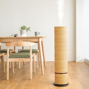 スラッとした佇まいの加湿器は、木目調のデザインがナチュラルで素敵。超音波振動で音も静かでアロマ機能も付いています。リモコンが付きで座ったまま、操作できるのも嬉しいところ。
