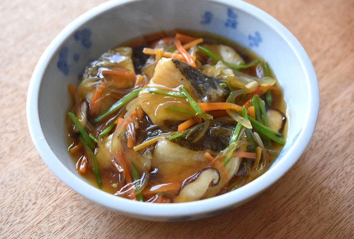 旬のタラをさくっと揚げてから、たっぷりの野菜あんかけと一緒にいただくメニュー。和風あん仕立てにすると、ごはんがすすむ味付けになります。