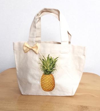 シンプルなバッグにパイナップルをデコパージュしてワンポイントのアクセント。リボンをつけるとさらに可愛い♪
