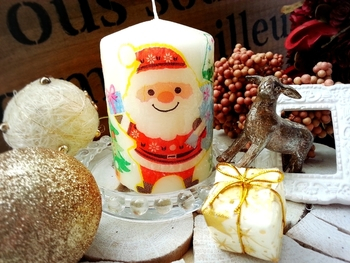真っ白のキャンドルにも、サンタクロースのデコパージュをすればこんなに素敵に変身します。クリスマスのインテリアとしてもぴったり♪