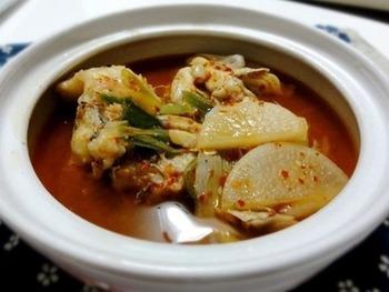 たらのヤンニョムチゲは韓国の家庭料理として親しまれています。タラの美味しさが染み出たスープは本当に美味しいですよ。寒い日に食べるチゲは身体がよく温まります。